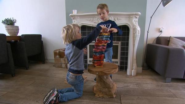 Ole und Stan legen Bausteine auf ihren Turm. | Rechte: KiKA