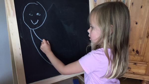 Fien malt eine Meerjungfrau. | Rechte: KiKA