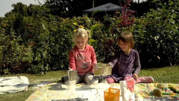Emily und Neele machen Bilder mit Mehl. | Rechte: KiKA