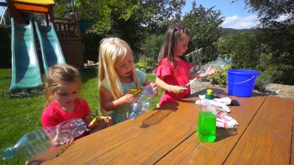 Melanie, Karin und Gloria bereiten ihre Flaschen vor. | Rechte: KiKA