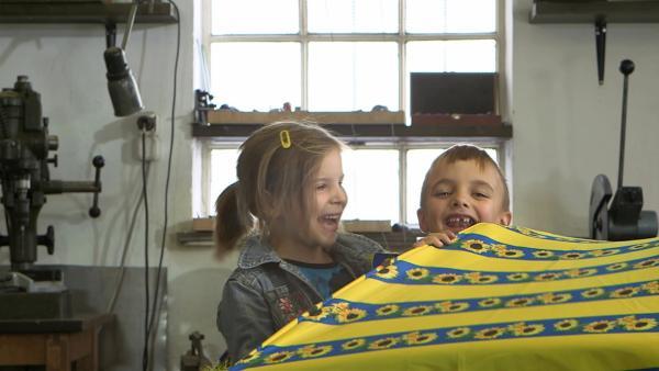 Noah und Julia bauen das Dach ihrer Maschine. | Rechte: KiKA