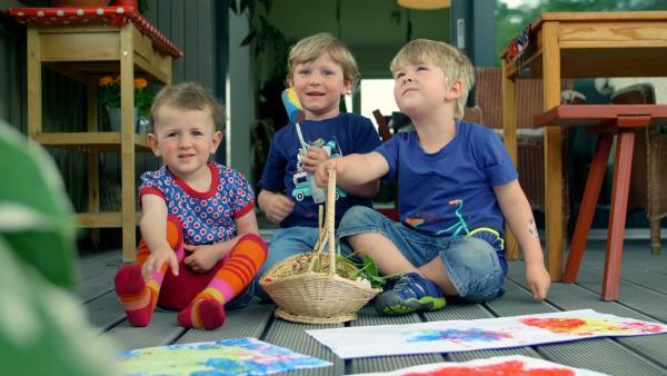 Jacob, Valentin und Fanny mit ihren Bildern | Rechte: KiKA