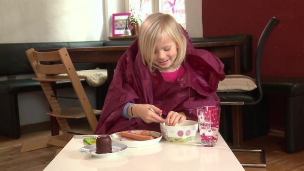 Julia isst ihre Suppe. | Rechte: KiKA
