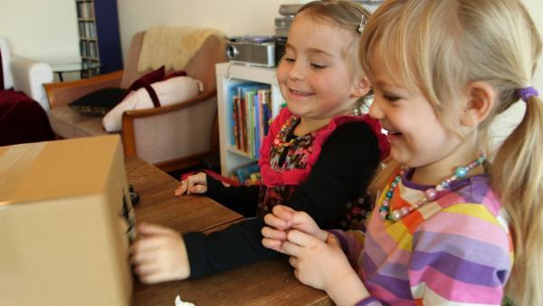Marlina und Emilia freuen sich über ihre Krippe. | Rechte: KiKA