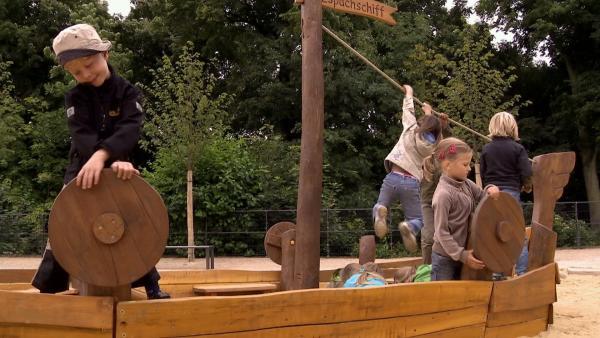 Die Kinder spielen auf dem Piratenschiff. | Rechte: KiKA