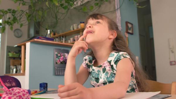Jaroslawa überlegt, was sie malen möchte. | Rechte: KiKA