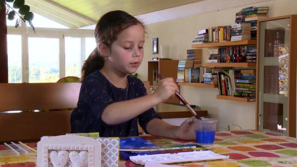 Anina malt mit Tusche. | Rechte: KiKA