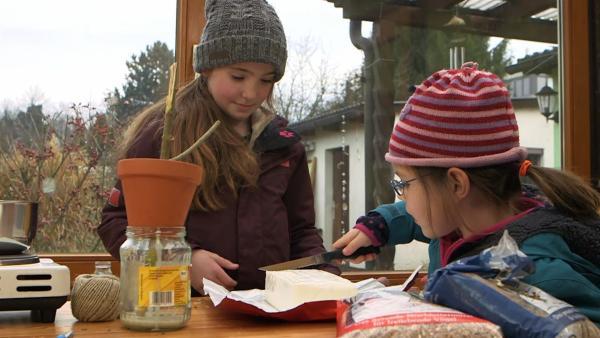 Helene und Esther schmelzen Fett. | Rechte: KiKA