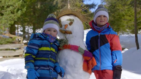 Jacob und David mit ihrem Schneemann | Rechte: KiKA