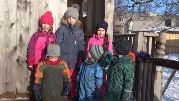 Die Kinder bereiten sich auf die Schneeballschlacht vor. | Rechte: KiKA