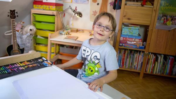 Nikolai malt ein Bild. | Rechte: KiKA