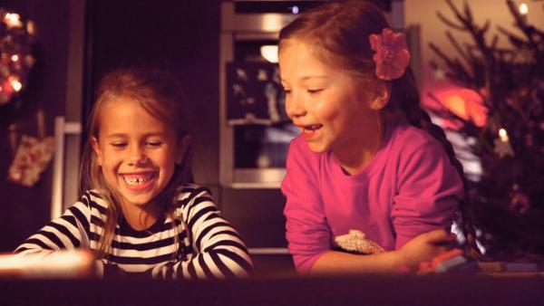 Ottilia und Lia schauen sich ihr Bild an. | Rechte: KiKA
