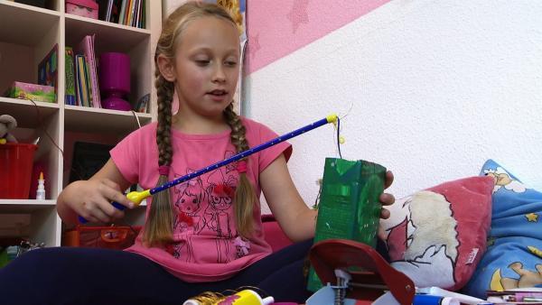 Lara testet ihre Laterne. | Rechte: KiKA
