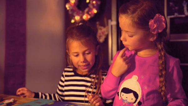 Otilie und Lia betrachten ihr Bild. | Rechte: KiKA