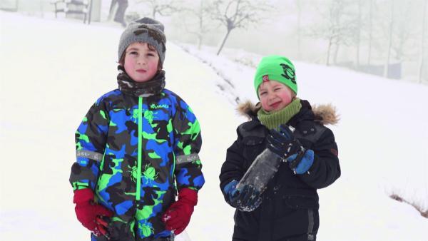 Josef und Elias mit ihrer Bobbahn im Schnee. | Rechte: KiKA