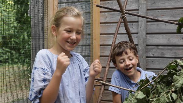 Theresa und Theodor freuen sich über das Häschenhotel. | Rechte: KiKA