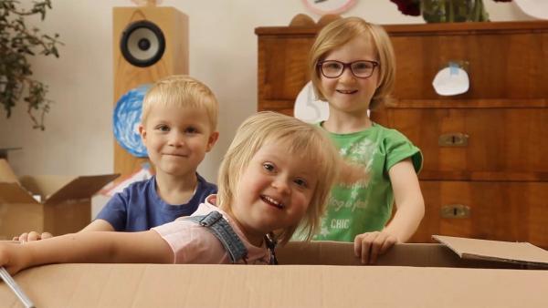 Annelie, Isabel und Emanuel mit ihrem Pappkarton | Rechte: KiKA