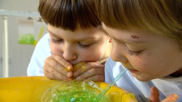 Linus und Lasse malen mit Seifenblasen. | Rechte: KiKA