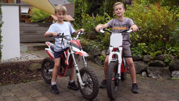 Lasse und Kimi mit ihren Motorcross Rädern. | Rechte: KiKA