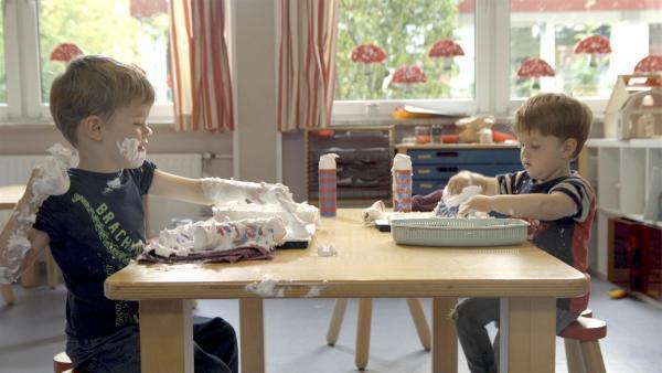 Tobias und Quinn machen Bilder aus Rasierschaum. | Rechte: KiKA/Motion Works GmbH