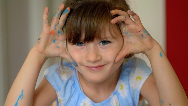 Charlotte mit bunten Fingern. | Rechte: KiKA/Motion Works GmbH