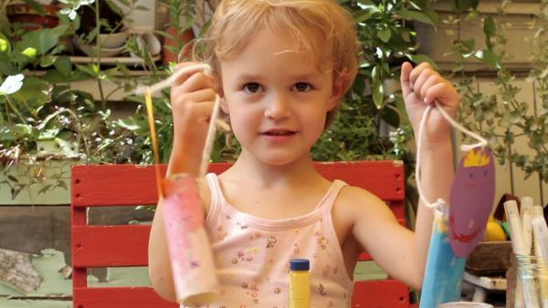 Emma zeigt ihre gebastelten Figuren. | Rechte: KiKA/Motion Works GmbH