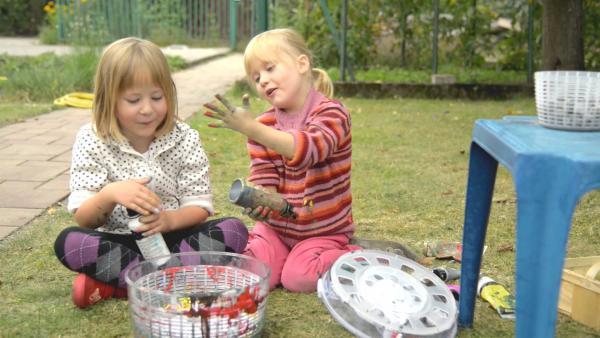 Lily, Julia und eine bunte Salatschleuder. | Rechte: KiKA/Motion Works GmbH