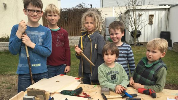 Liron, Javis, Marlon, Manko, Adriel und Elias bauen ihre Schilder. | Rechte: KiKA/Motion Works GmbH