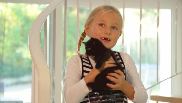 Heidi kuschelt mit ihrer Katze. | Rechte: KiKA/Motion Works GmbH
