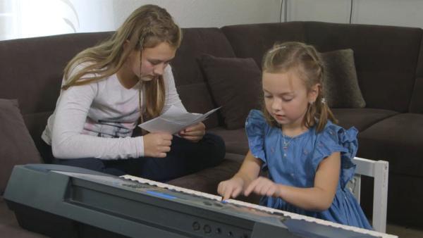 Viktoria und Emily erfinden eine Geschichte mit Musik. | Rechte: KiKA/Motion Works GmbH