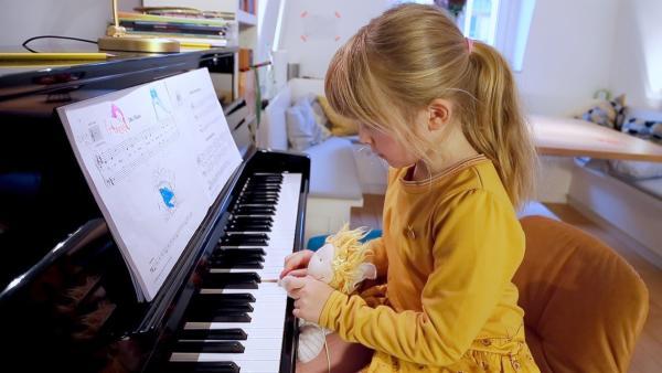 Ida spielt mit ihrem Kuscheltier Gabriele Klavier. | Rechte: KiKA/Motion Works GmbH