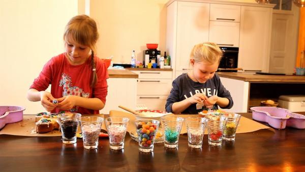 Rosalie und Elena schmücken ihre Kuchen. | Rechte: KiKA/Motion Works GmbH