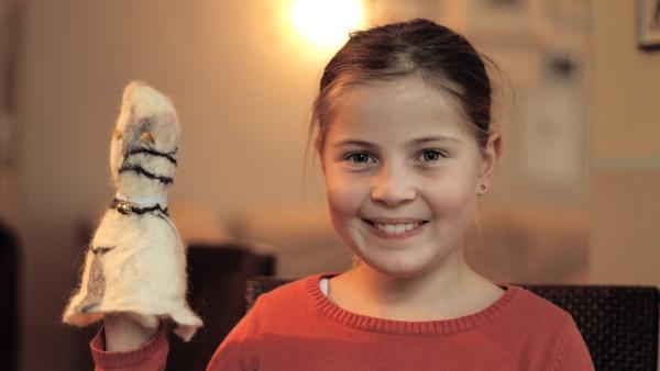 Antonia präsentiert ihre Filzkatze. | Rechte: KiKA/Motion Works GmbH