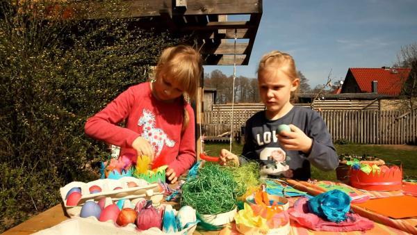 Rosalie und Elena füllen ihre Osternester. | Rechte: KiKA/Motion Works GmbH