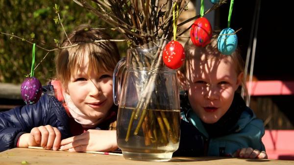 Elena und Rosalie mit ihrem Osterstrauß | Rechte: KiKA/Motion Works GmbH