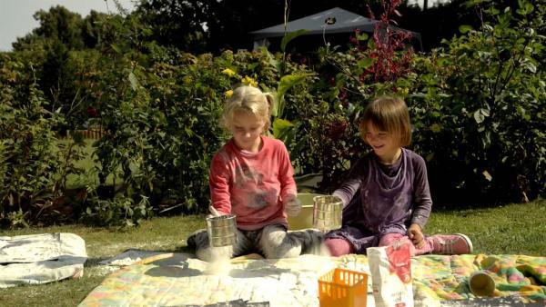 Emily und Neele sieben Mehl. | Rechte: KiKA/Motion Works GmbH