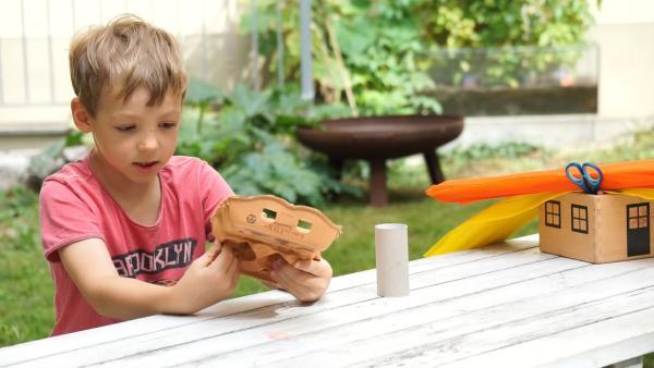 Tomke zerschneidet einen Eierkarton. | Rechte: KiKA/Motion Works GmbH