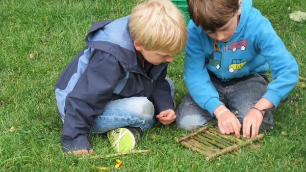 Noah und Korbinian verwenden für ihr Floß Holzstöckchen. | Rechte: KiKA/Motion Works GmbH