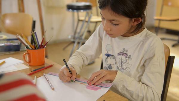 Heloise malt das königliche Kinderzimmer. | Rechte: KiKA/Motion Works GmbH