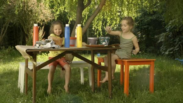 Mathilda und Luise bemalen ihre Blumentöpfe. | Rechte: KiKA/Motion Works GmbH