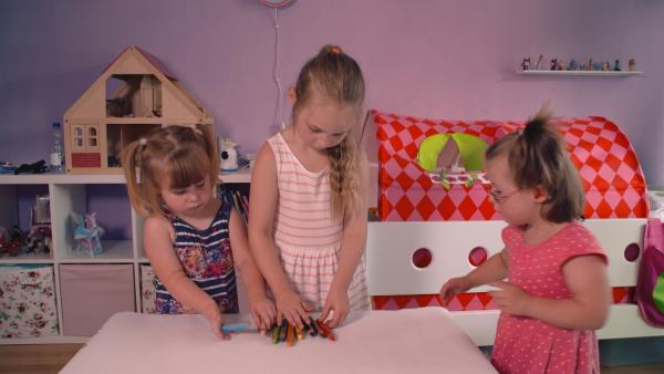 Paula, Emma und Anna packen ihre Stifte aus. | Rechte: KiKA/Motion Works GmbH