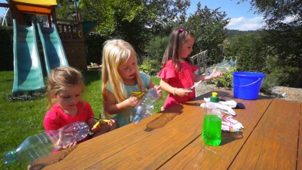 Melanie, Karin und Gloria bereiten ihre Flaschen vor. | Rechte: KiKA/Motion Works GmbH