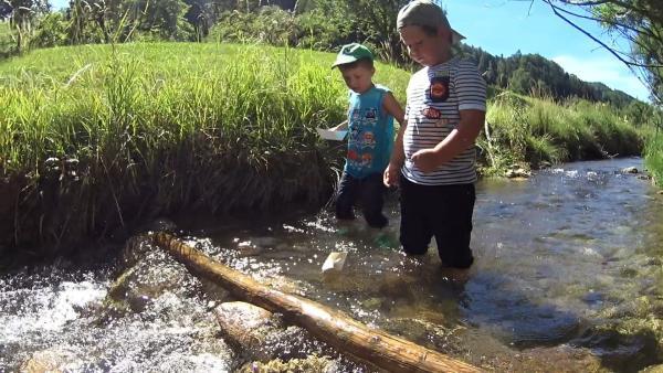 Jonathan und Paul setzen Papierboote ins Wasser. | Rechte: KiKA/Motion Works GmbH