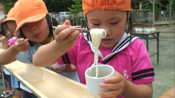 Kinder in Japan spielen Nudelfischen. | Rechte: KiKA/Motion Works GmbH