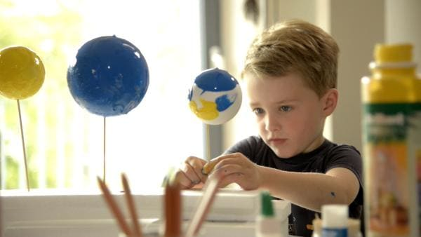 Benno bastelt Planeten. | Rechte: KiKA/Motion Works GmbH