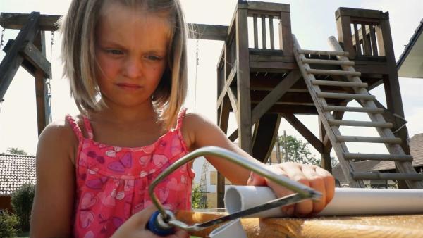 Mia zersägt ein Plastikrohr. | Rechte: KiKA/Motion Works GmbH