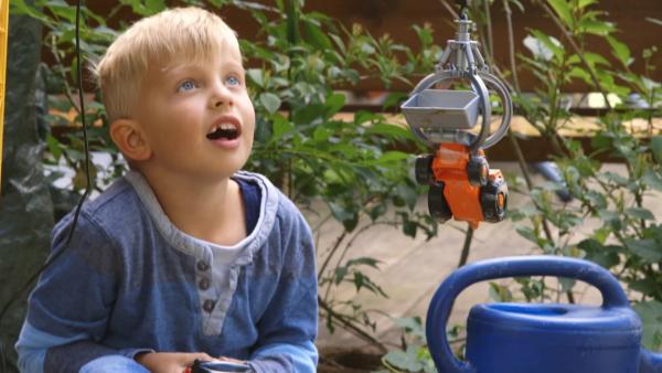 Julian hebt mit seinem Kran ein Auto an. | Rechte: KiKA/Motion Works GmbH