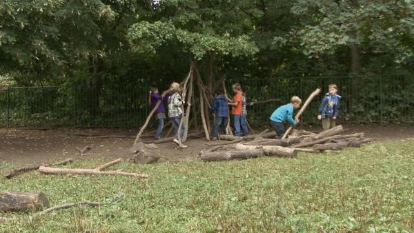 Kinder bauen gemeinsam eine Hütte. | Rechte: KiKA/Motion Works GmbH