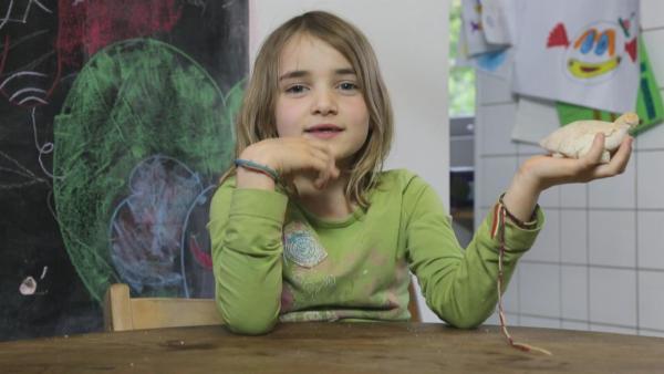 Jasmin formt Tiere mit Salzteig. | Rechte: KiKA/Motion Works GmbH