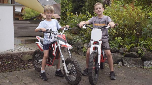 Lasse und Kimmi auf ihren Motocrossmaschinen. | Rechte: KiKA/Motion Works GmbH